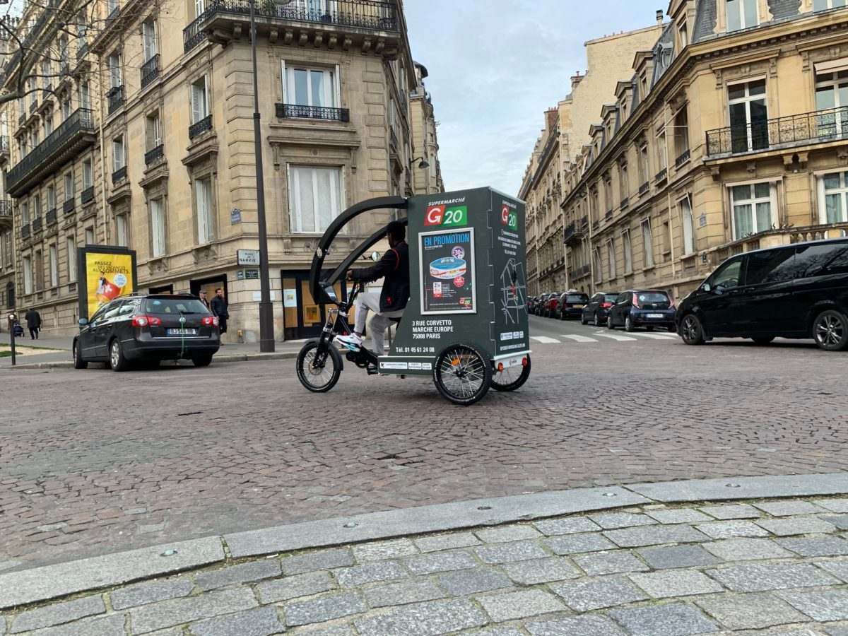 Triporteur à assistance électrique utilisé par un magasin G20 à Paris.